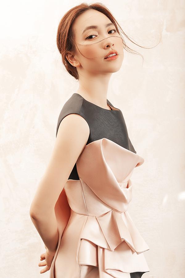 Để các mẫu váy màu trơn không đơn diệu, nhà mốt Việt đã áp dụng kỹ thuật tạo khối, quấn vải, nếp gấp để mang tới điểm nhấn thu hút cho từng mẫu trang phục.