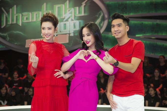 Sau nhiều vòng chơi xuất sắc, Thúy Ngân cùng hai đồng đội diễn viên Angela Phương Trinh (giữa) và Pew Pew (phải) lọt vào trận chung kết. Cả ba quyết định rủ nhau mặc màu đỏ và hồng để lấy may mắn cho đêm thi cuối cùng của Nhanh như chớp mùa này.