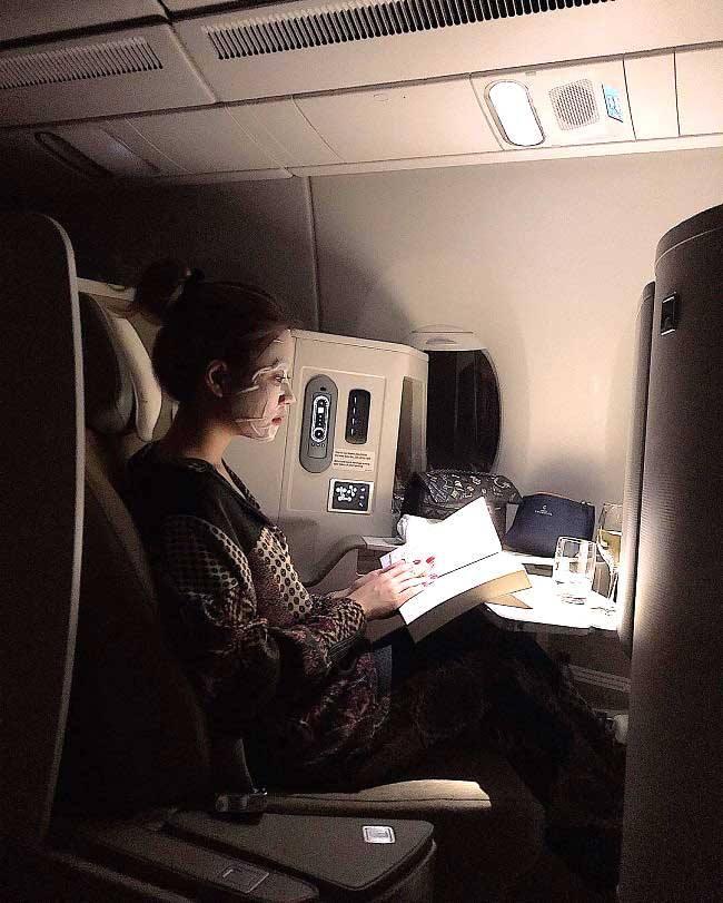 Đắp mặt nạ trên các chuyến bay dài là cách bổ sung độ ẩm hiệu quả cho làn da.