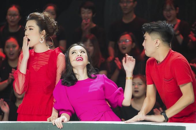Thúy Ngân và Angela Phương Trinh cũng có những giây phút biểu cảm hài hước trên sóng truyền hình.