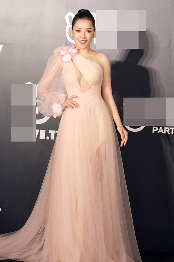 Nhà thiết kế Lê Thanh Hòa vận dụng kỹ thuật cắt cúp, giúp Chi Pu khoe khéo vòng một căng tròn. Họa tiết hoa được đính kết chừng mực giúp trang phục thêm bắt mắt trên thảm đỏ một sự kiện lớn.