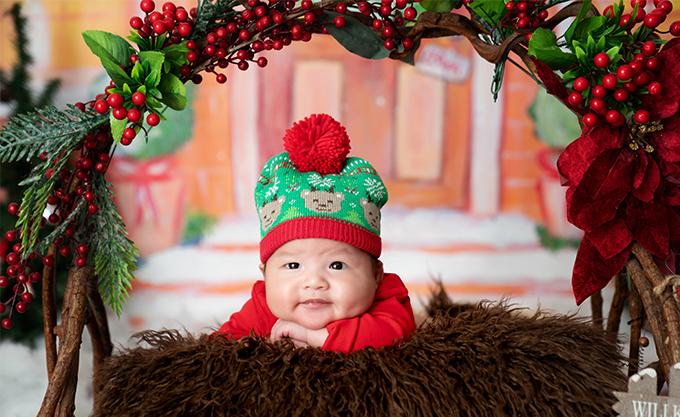 Trong bộ ảnh kỷ niệm tròn 2 tháng tuổi, Tuấn Khang được bố mẹ cho mặc đồ đỏ và những họa tiết lấy cảm hứng từ không khí Giáng sinh.