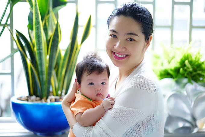 Lê Khánh và Tuấn Khải là một trong những cặp đôi được ngưỡng mộ của showbiz Việt. Sau khi làm đám cưới, họ không lên kế hoạch cho chuyện sinh nở mà cho rằng đây là chuyện Trời cho.Vì vậy, khi bất ngờ có con đầu lòng trong năm Tuất, lại là bé trai, Lê Khánh cảm thấy vô cùng hạnh phúc.
