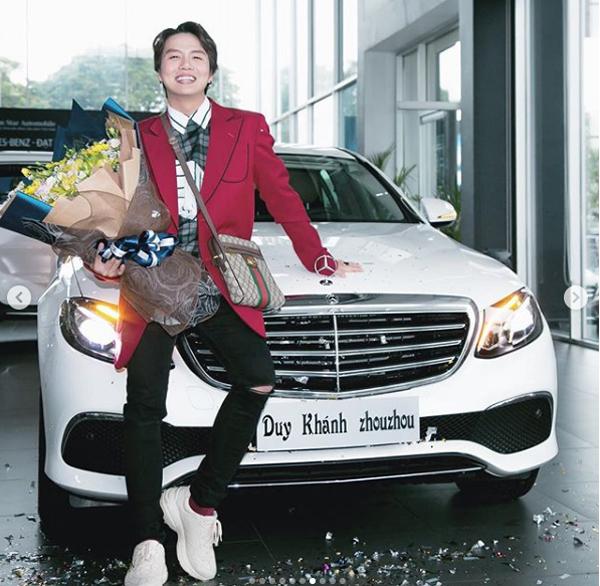Duy Khánh mua xế hộp 2,3 tỷ đồng để tặng bản thân trong dịp sinh nhật 24 tuổi.