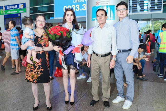 Sau khi đăng quang vài ngày, Tân Hoa hậu Thế giới người Việt 2018 đã đáp chuyếnbay về Việt Nam để thăm gia đình. Cô được bố mẹ, người thân ra đón.