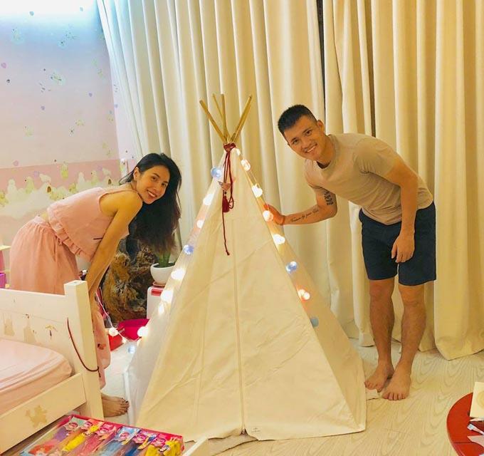 Vợ chồng Công Vinh không tổ chức sinh nhật rình rang cho con như nhiều gia đình ngôi sao nghệ sĩ khác. Họ tự đi mua các dụng cụ để về làm một cái lều đơn giản, trang trí đến lung linh trong chính căn phòng của bé Bánh Gạo.