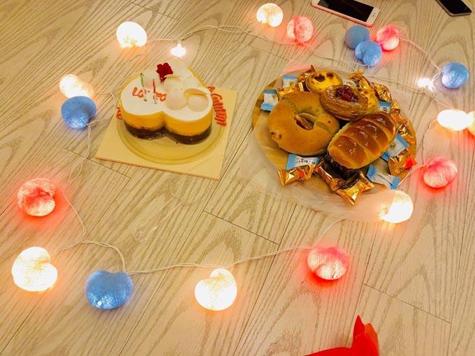 Không sơn hào hải vị, Thủy Tiên chuẩn bị một chiếc bánh kem cùng một đĩa bánh kẹo đơn giản cho con.