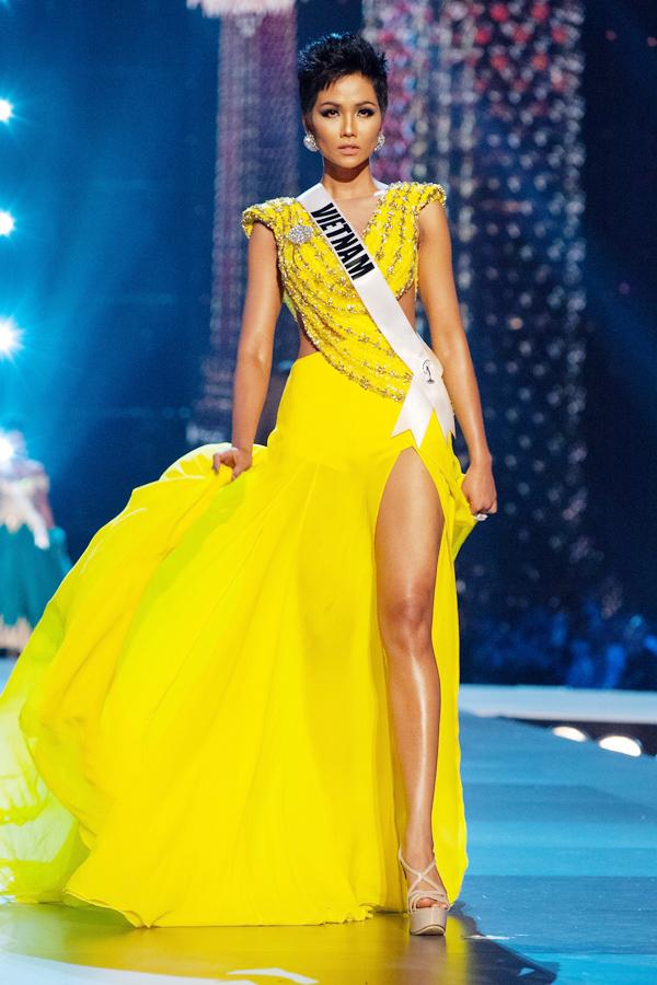 Đến với Miss Universe 2018, HHen Niê và êkíp của cô đã có sự chuẩn bị chu đáo về trang phục dự thi. Bộ cánh gây được ấn mạnh mẽ và giúp đại diện Việt Nam ghi điểm trên đấu trường sắc đẹp quốc tế là trang phục váy xẻ cao của nhà thiết kế Linh San. Váy dạ hội cut-out gợi cảm phối hợp cùng chất liệu tơ lụa mềm mại giúp phần biểu diễn của top 5 Miss Universe trở nên sống động hơn.