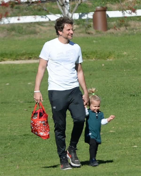 Bradley xách theo một túi đựng đầy đồ cho con gái.