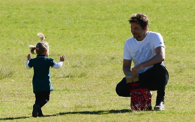 Bradley Cooper selfie với con gái trong công viên