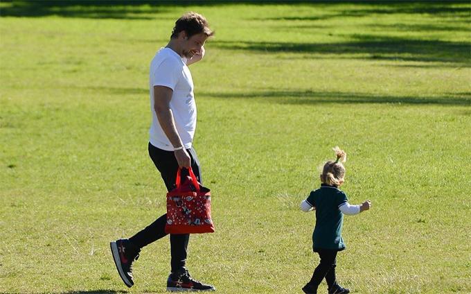 Từ khi Lea chào đời vào tháng 3/2017, Bradley thường xuyên đưa thiên thần nhỏ đi chơi giúp bé gần gũi với thiên nhiên. Anh có thể dành hàng giờ chơi đùa cùng con.
