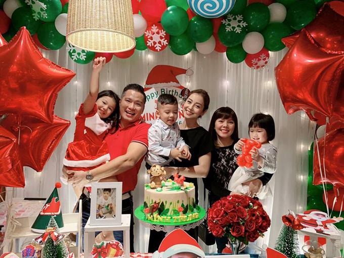 Bữa tiệc sinh nhật của bé Nu được trang trí tràn ngập màu sắc Noel với tone đỏ, xanh lá. Rất nhiều bức ảnh đáng yêu của cậu nhóc được Jennifer trưng bày.