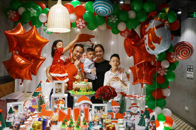 Thời điểm giáp Tết, vợ chồng Jennifer Phạm khá bận rộn bởi vừa lo công việc vừa làm nhà mới. Dẫu vậy vào dịp cuối năm 2018, cả hai vẫn cố gắng tổ chức bữa tiệc sinh nhật muộn cho con trai út.