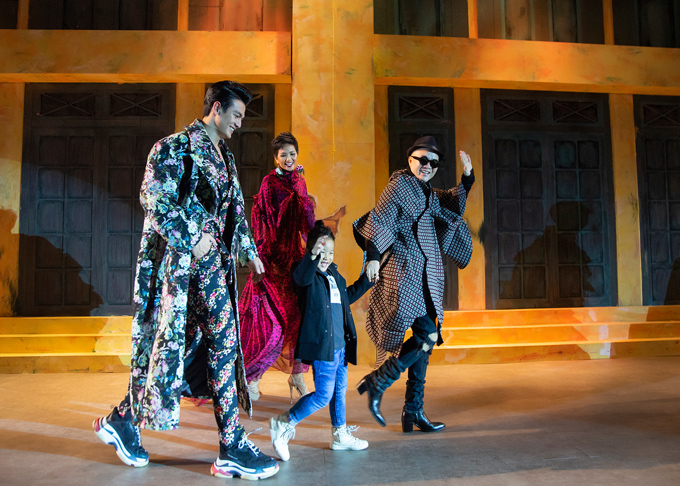 Lê Xuân Tiền: Mẹ khen tôi đẹp khi catwalk với nội y - page 2 - 4