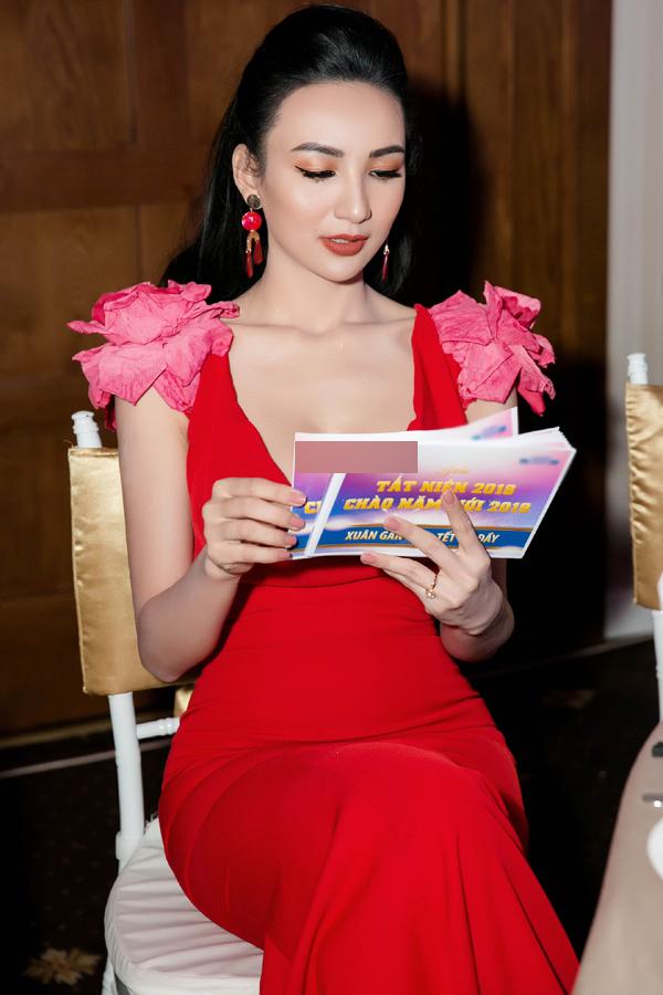 Được mời làm MC trong chương trình, cô nghiên cứu kịch bản kỹ lưỡng để không gặp sự cố trên sân khấu.