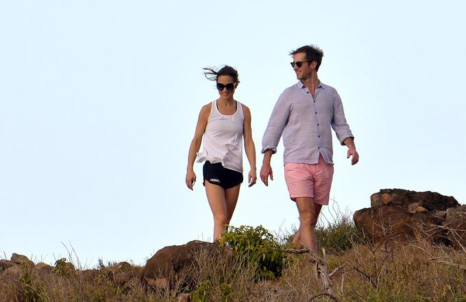 Cặp vợ chồng Pippa - Jamesvui vẻ đi dạo trên đảo hôm 30/12.