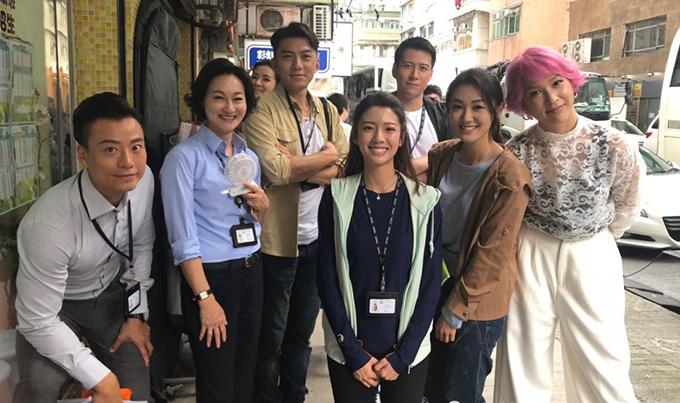 Ảnh hậu Huệ Anh Hồng (thứ hai trái sang), Viên Vỹ Hào (thứ ba trái sang) cùng dàn diễn viên trên trường quay.