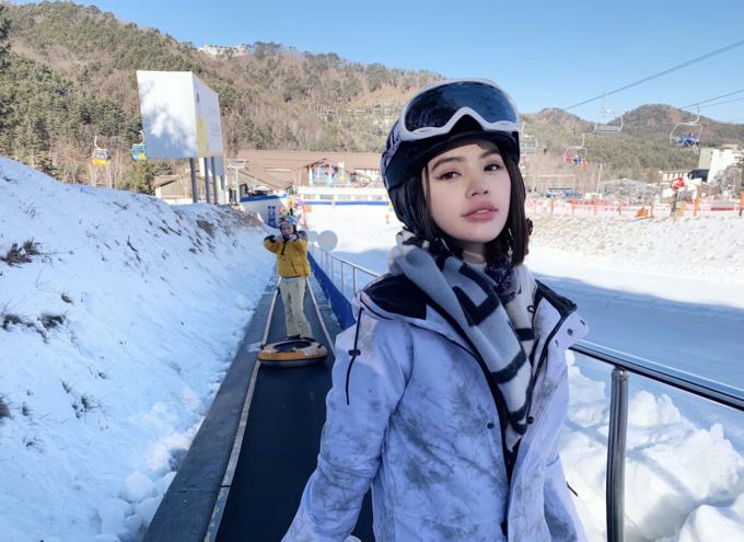 Jolie Nguyễn trượt tuyết, ăn gà hầm trong tiệm 50 năm ở Hàn Quốc