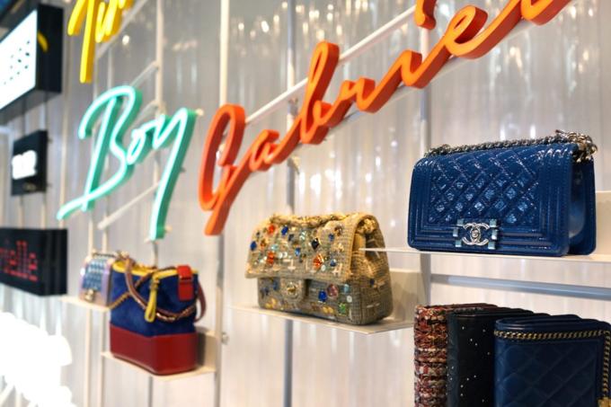 Túi xách hiệu là mặt hàng được các phụ nữ văn phòng trẻ ưa chuộng. Ảnh:Shutterstock.