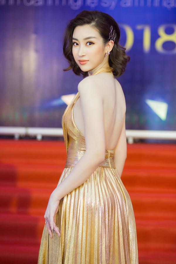 Hoa hậu Đỗ Mỹ Linh khoe lưng trần gợi cảm trước ống kính.