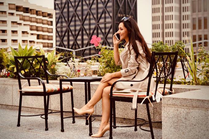 [CaptioĐối với cô, bữa trưa là thời điểm để nạp năng lượng sau một buổi sáng làm việc căng thẳng.Giờ ăn trưa của cô thường bắt đầu vào khoảng 12 giờ và cô rất thích dùng một bát sa-lát cho bữa ăn giữa ngày. Cô cho biết: Các sản phẩm theo mùa đều rất tươi ngon và khung cảnh ven sông giúp tôi cảm thấy thư giãn hơn sau những giờ làm việc.