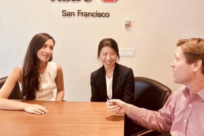 8.30 sáng Melania đi bộ tới văn phòng vàMột ngày làm việc của cô bao gồm những cuộc họp với các công ty đầu tư mạo hiểm, công ty công nghệ và startup mới.Edwards và các cộng sự giúp những công ty này xác định nhiều cách khác nhau để hợp tác với HSBC, từ cung cấp cho họ các dịch vụ ngân hàng quốc tế cho đến việc kết nối họ với nhóm kỹ thuật số và đầu tư của HSBC.