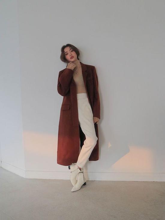 Những chiếc áo choàng dáng dài vẫn là trang phục được yêu thích nhất trong mùa thu đông. Bởi chúng vừa có thể giữ ấm lại vừa khiến phái đẹp trở nên sang chảnh hơn.