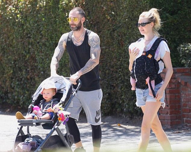 Adam Levine bên vợ và hai con.