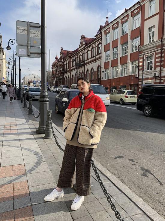 Trái ngược với hình ảnh trang nhã trong các kiểu vest, suits mùa đông việc diện áo khoác free size, trang phục over size được nhiều tín đồ thời trang Hàn Quốc lăng xê.