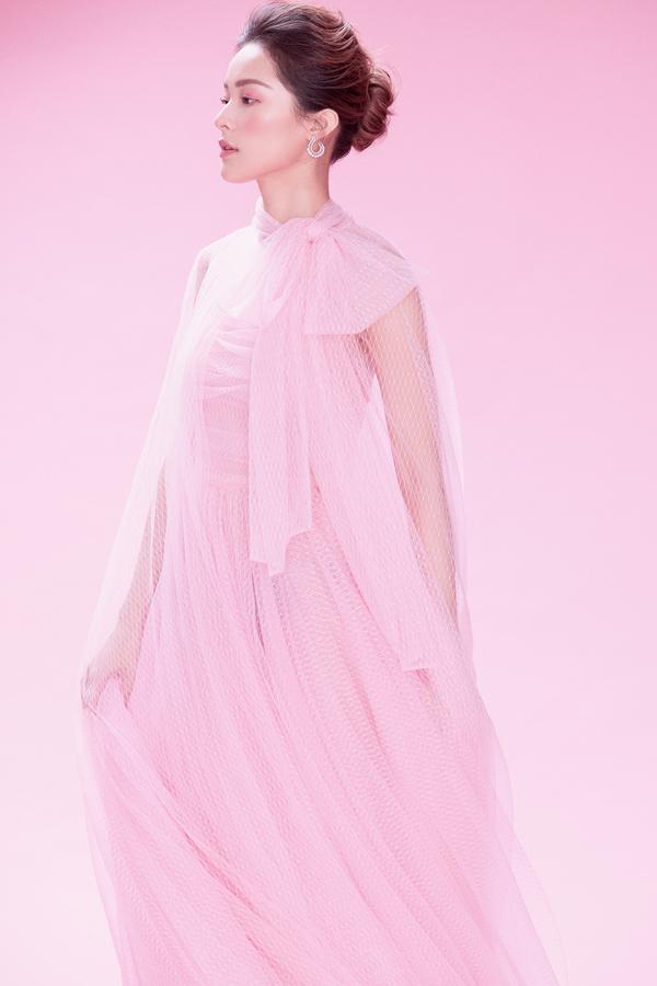 Hạ Vy khoe sắc cùng váy hồng rực rỡ