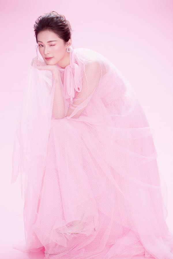 Hạ Vy khoe sắc cùng váy hồng rực rỡ - 1