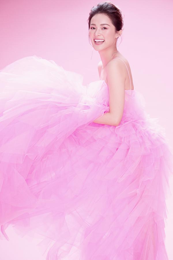 Hạ Vy khoe sắc cùng váy hồng rực rỡ - 4