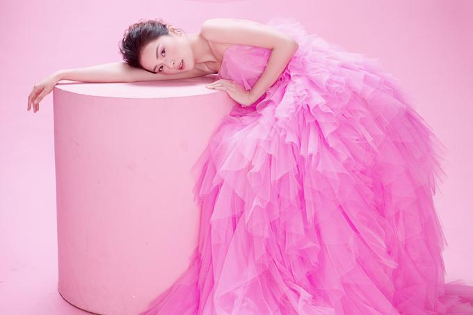 Hạ Vy khoe sắc cùng váy hồng rực rỡ - 5