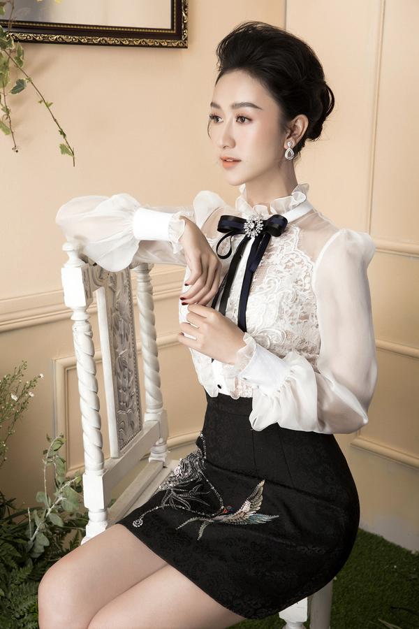 Những kiểu váy áo quen thuộc của chị em văn phòng được biến tấu một cách độc đáo để phù hợp với không khí tiệc tùng.