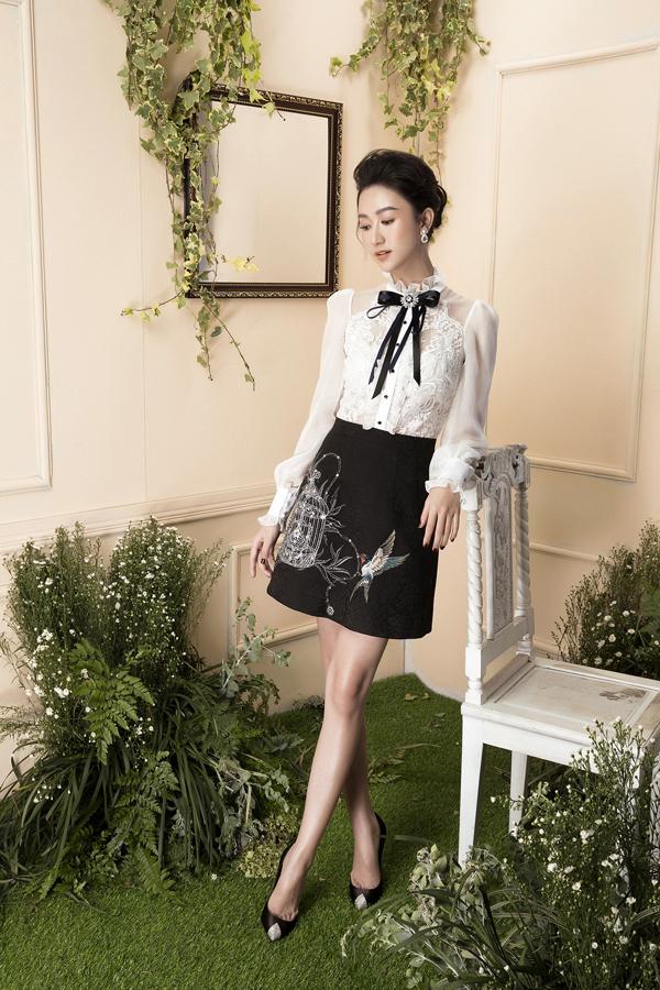 Thay vì sơ mi, chân váy đơn sắc là các kiểu áo blouse kết hợp vải xuyên thấu và trang trí họa tiết thêu.
