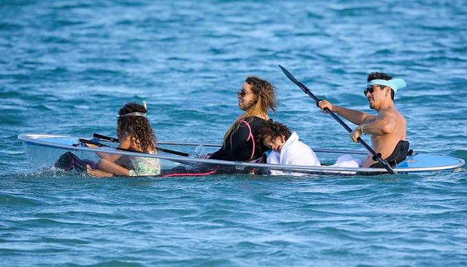 Trước khi đi nghỉ ở vùng biển Caribbe, gia đình Mariah Carey đã tới vùng núi tuyết Aspen, Mỹ để đón Giáng sinh và năm mới. Chồng cũ của cô, danh hài Nick Cannon, cũng có mặt trong chuyến đi đó.