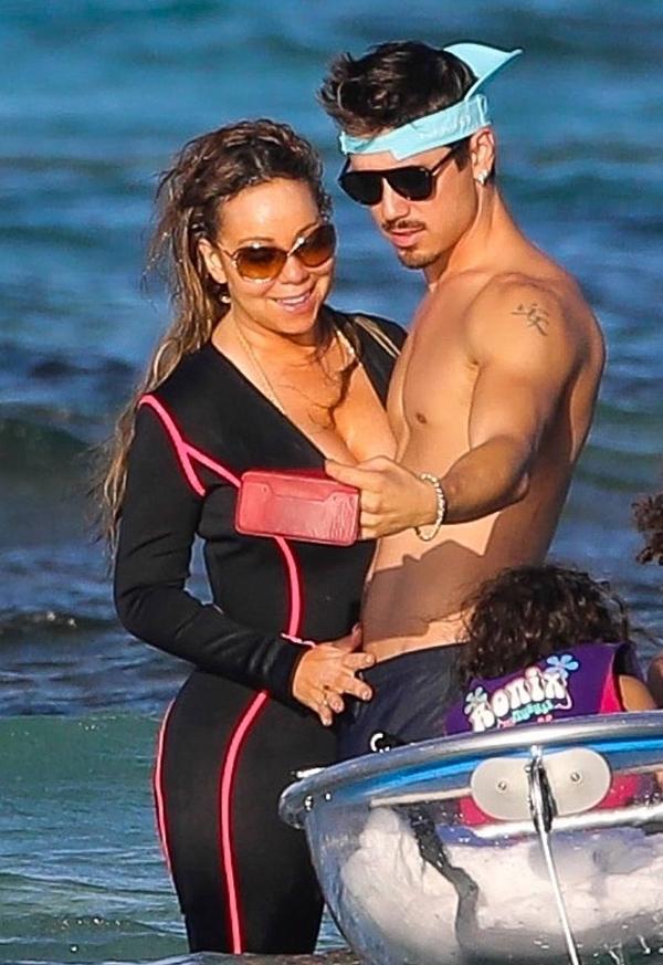 Mariah Carey tới đảo St. Barts nghỉ dưỡng cùng bạn trai và cặp song sinh của cô. Nữ ca sĩ được trông thấy tình tứ selfie với phi công trẻ nóng bỏng hôm 3/1.