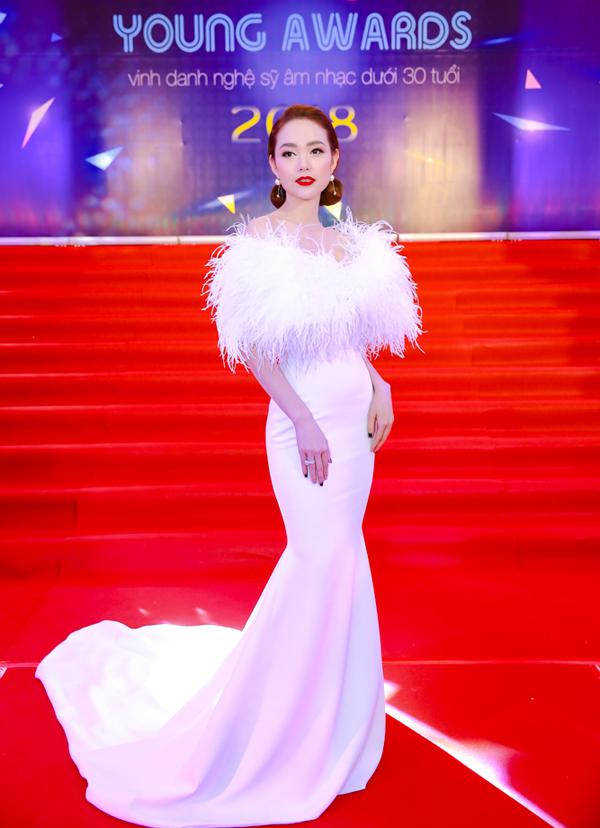 Minh Hằng diện thiết kế đính lông vũ sang trọng, lộng lẫy.