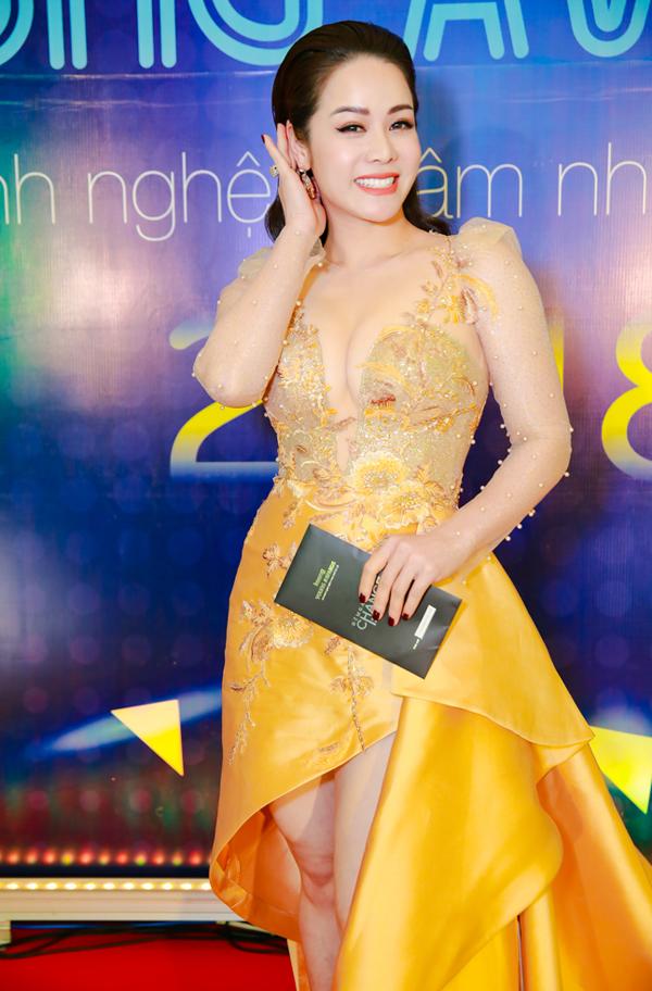 Gái một con Nhật Kim Anh sexy với thiết kế đắp vải voan xuyên thấu.