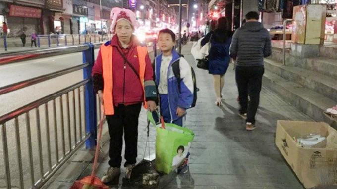 Chị Wu Azhen (46 tuổi) - công nhân vệ sinh ở Khải Lý, Quý Châu, Trung Quốc và con trai Long Guotao (11 tuổi) hồi tháng 3/2018. Ảnh: Weibo.