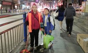 Cậu bé 11 tuổi ngày ngày quét đường giúp mẹ