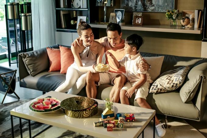Hồ Ngọc Hà vừa ra mắt MV mới Live beyond - Hạnh phúc là đây. Bài hát do Phạm Thanh Hà sáng tác, mang không khi tươi vui cùngthông điệp về hạnh phúc gia đình phù hợp cho xuân mới tết đến.Trong MV, nữ ca sĩ vào vai một người phụ nữ có cuộc sống ấm êm bên cạnh chồng (Kim Lý) và con trai nhỏ.