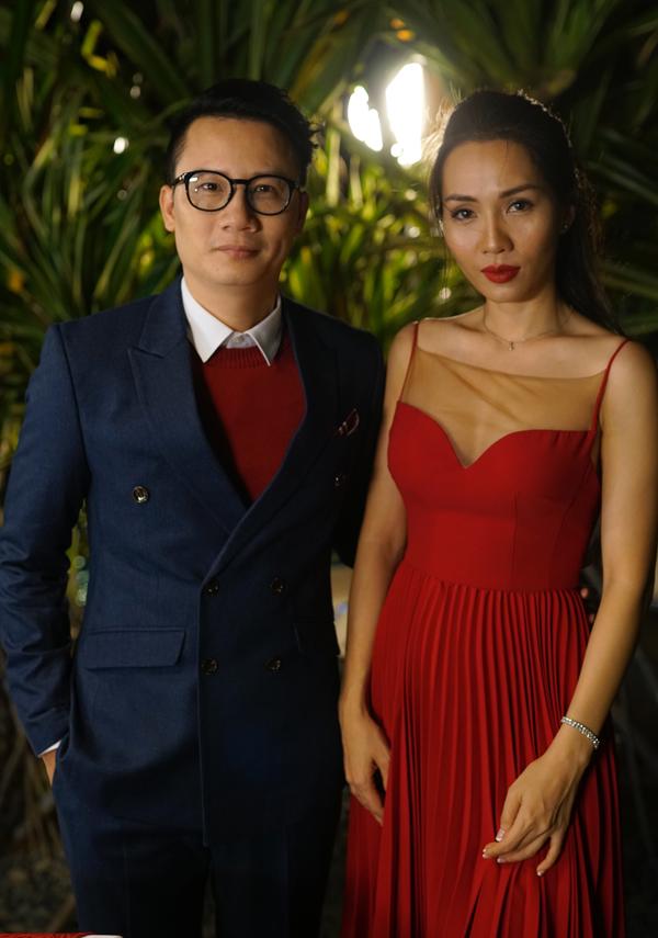 Nam ca sĩ kể những kỷ niệm ngọt ngào từ ngày đầu mới hẹn hò tới khi về chung nhà với cựu người mẫu Thanh Thảo trong MV Mình già đi cùng nhau.