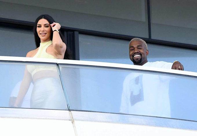 Rapper Mỹ rất yêu chiều vợ và thường gây bất ngờ cho Kim với những món quà đắt giá. Kanye đã âm thầm đi tìm mua nhà trong thời gian anh làm việc ở Miami. Đây sẽ là nơi nghỉ dưỡng của gia đình mỗi khi tới thành phố biển này. Nhà Kim-Kanye hiện định cư tại Los Angeles trong căn biệt thự trị giá tới 60 triệu USD.