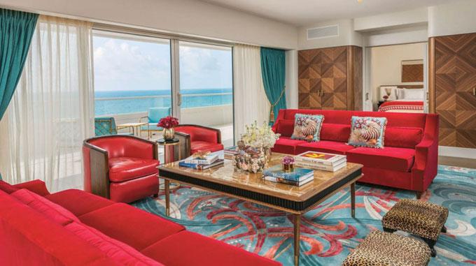 Phòng khách thiết kế sang trọng, view biển xanh.