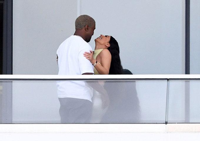 Kim trông rất vui sướng khi lần đầu đến thăm căn hộ này. Đây là món quà Giáng sinh mà Kanye đã tặng cô. Sau khi hoàn tất mọi thủ tục mua bán, Kanye đã đưa vợ từ Los Angeles tới Miami xem nhà mới hôm 4/1.