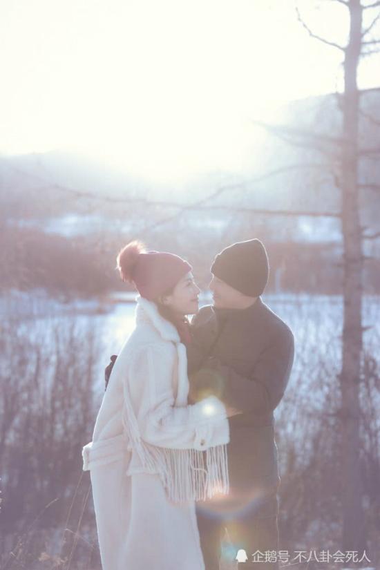 Lưu Đào hé lộ với khán giả bộ ảnh cô và chồng được thực hiện tại A Nhĩ Sơn trong những ngày đầu năm mới. Cặp đôi bên nhau giữa trời tuyết trắng và tận hưởng không gian đẹp lãng mạn.