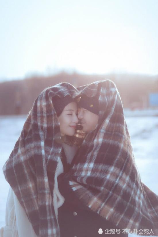 Lưu Đào và chồng ấm áp bên nhau.Chia sẻ với báo chí, chồng Lưu Đào - doanh nhân Vương Kha từng thổ lộ, anh trải qua nhiều thăng trầm trong cuộc sống, có lúc mất mát, khổ đau, có lúc ngã gục và làm bản thân lẫn mọi người xung quanh đau đớn. Tuy nhiên vợ anh - Lưu Đào vẫn luôn ở bên, chưa bao giờ có một câu oán hận, khiến cho anh dần biết yêu thương mình lẫn người xung quanh.