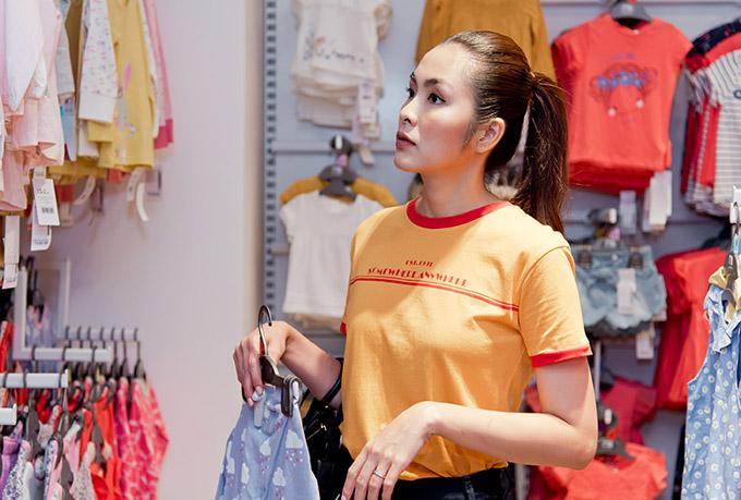 Tăng Thành Hà cũng dự sự kiện này. Từ khi làm mẹ, cô có nhiều kinh nghiệm chọn mua quần áo, vật dụng trẻ em. Hà Tăng luôn thích tự tay sắm sửa trang phục, đồ dùng cho hai con.