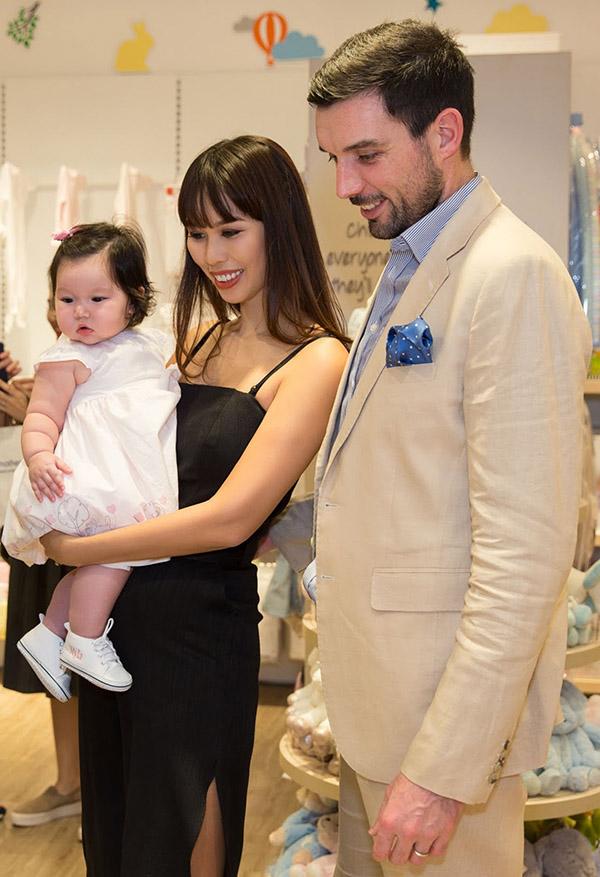 Hà Anh cùng chồng ngoại quốc và con gái lai Myla đi mua sắm. Con gái lai 6 tháng tuổi của siêu mẫu rất bụ bẫm, đáng yêu.